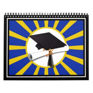 Casquillo y diploma del graduado con el azul y el calendarios de pared