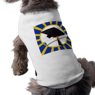 Casquillo y diploma del graduado con el azul y el playera sin mangas para perro