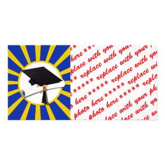 Casquillo y diploma del graduado con el azul y el tarjetas personales con fotos