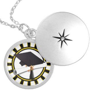 Casquillo y diploma del graduado con negro y oro pendiente