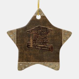 Casquillo y diploma, diseño de la graduación de la adorno navideño de cerámica en forma de estrella