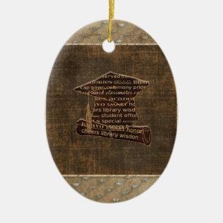 Casquillo y diploma, diseño de la graduación de la adorno navideño ovalado de cerámica