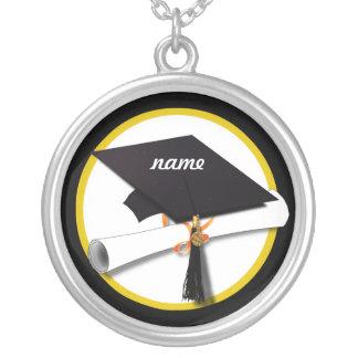 Casquillo y diploma - fondo negro del graduado colgante redondo