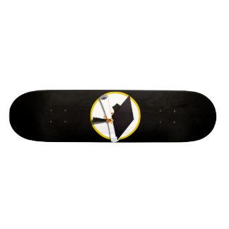 Casquillo y diploma - fondo negro del graduado tabla de skate