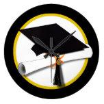 Casquillo y diploma - fondo negro del graduado relojes de pared