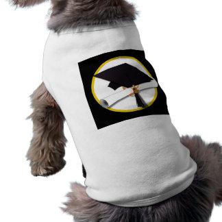 Casquillo y diploma - fondo negro del graduado ropa perro