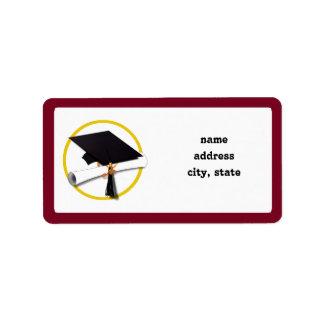 Casquillo y diploma - fondo rojo oscuro de la etiquetas de dirección