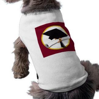 Casquillo y diploma - fondo rojo oscuro de la ropa perro