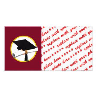 Casquillo y diploma - fondo rojo oscuro de la tarjetas con fotos personalizadas