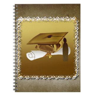 Casquillo y diploma, invitación de la graduación, libro de apuntes con espiral