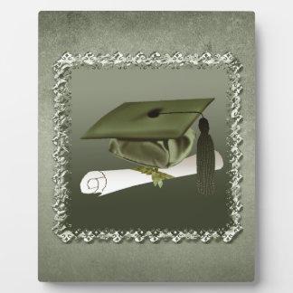 Casquillo y diploma, invitación de la graduación, placa de madera