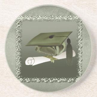 Casquillo y diploma, invitación de la graduación, posavasos diseño