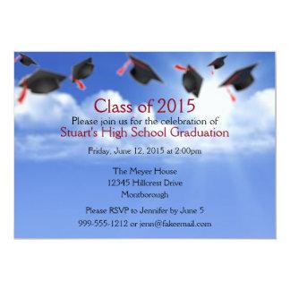 Casquillos de la graduación en la invitación del