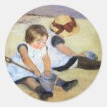 Cassatt: Niños que juegan en la playa Pegatinas Redondas