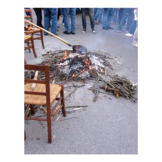 Castañas que asan en un fuego abierto membrete