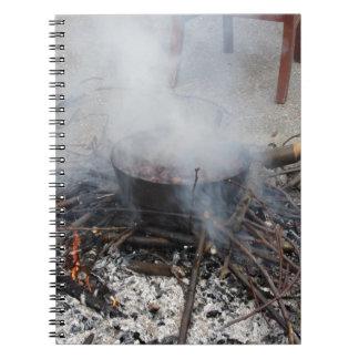 Castañas que asan en un fuego abierto note book
