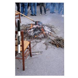 Castañas que asan en un fuego abierto pizarras