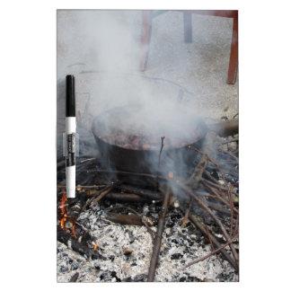 Castañas que asan en un fuego abierto tablero blanco
