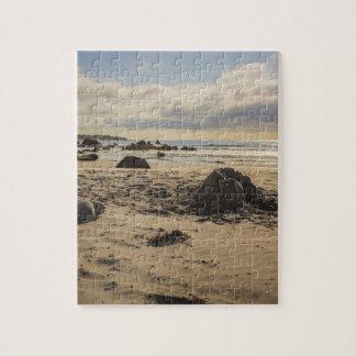 Castillo caido de la arena en la playa puzzle
