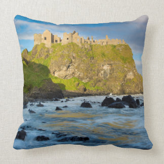 Castillo costero de Dunluce, Irlanda Cojín Decorativo