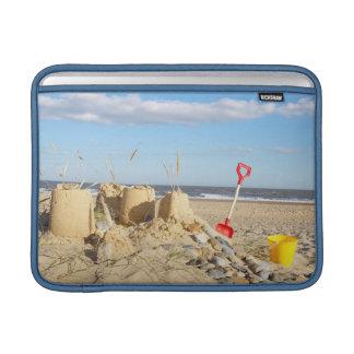 Castillo de arena en la playa funda macbook air