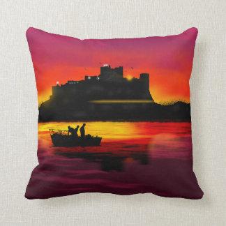 Castillo de Bamburgh en la almohada de tiro de la