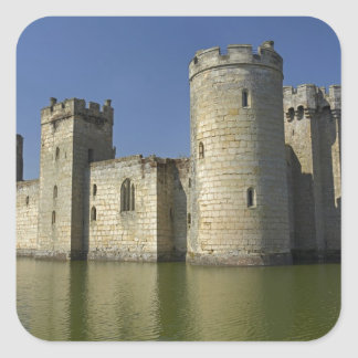 Castillo de Bodiam (1385), reflejado en fosa, este Pegatina Cuadrada