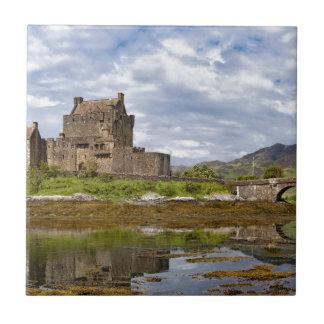Castillo de Eilean Donan del panorama visto del su Azulejo