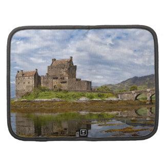 Castillo de Eilean Donan del panorama visto del su Planificadores