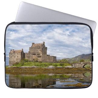 Castillo de Eilean Donan del panorama visto del su Mangas Portátiles
