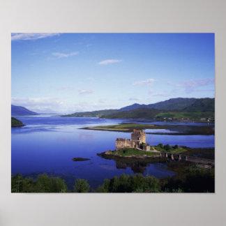 Castillo de Eilean Donan, Dornie, montañas, Poster