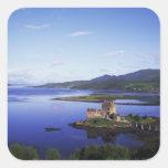 Castillo de Eilean Donan, Dornie, montañas, Pegatina Cuadradas