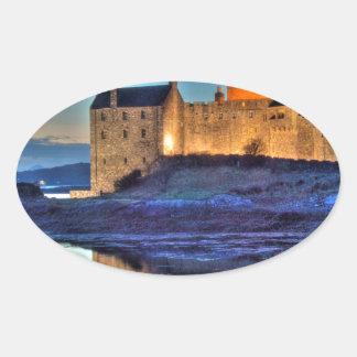 Castillo de Eilean Donan en la noche Pegatina Ovalada