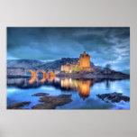 Castillo de Eilean Donan en la noche sin frontera Posters