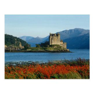 Castillo de Eilean Donan, montañas, Escocia 3 Postal