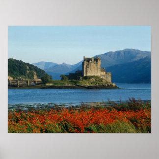 Castillo de Eilean Donan, montañas, Escocia 3 Póster