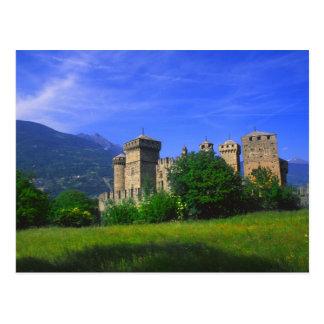 Castillo de Fenis cerca de las montañas italianas Postales