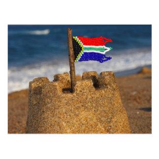 Castillo de la arena con la bandera surafricana, tarjetas postales