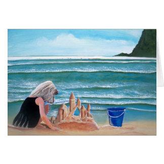 Castillo de la arena del edificio del chica en las tarjeta pequeña