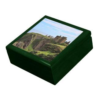 Castillo escocés hermoso por el mar caja de recuerdo