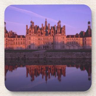 Castillo francés Chambord en la puesta del sol, el Posavasos De Bebidas