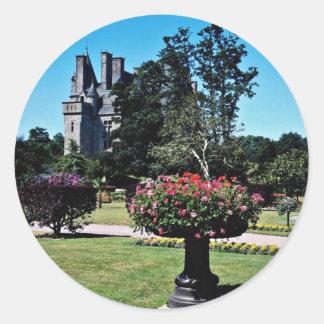 Castillo francés de Tourlaville, flores de Francia Pegatina Redonda
