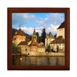 Castillo francés por el lago caja de joyas