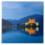 Castillo hermoso de Eileen Donan en Dornie occiden Azulejo Cuadrado Grande