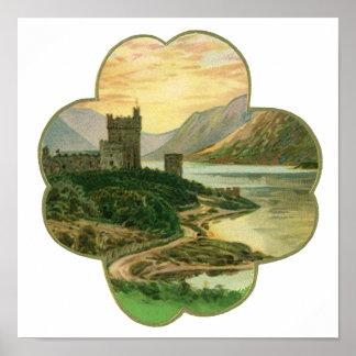 Castillo irlandés del vintage dentro de un trébol póster