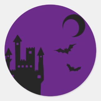 Castillo púrpura del vampiro de Halloween Pegatina Redonda