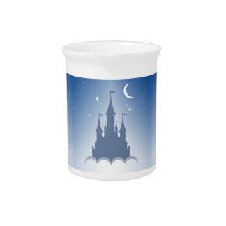 Castillo soñador azul en el cielo estrellado de la jarra de beber