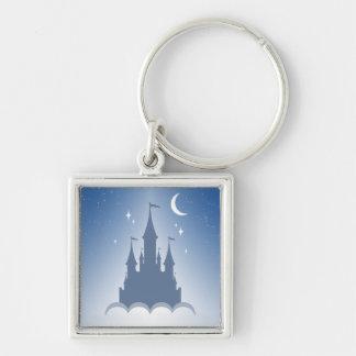 Castillo soñador azul en el cielo estrellado de la llavero cuadrado plateado