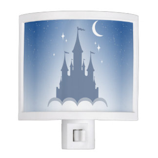 Castillo soñador azul en el cielo estrellado de la luz de noche