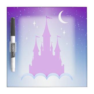 Castillo soñador de la noche en el cielo tablero blanco